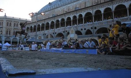 Salti in piazza, a Padova il grande salto in lungo. L'olimpionica Bartoletta atterra, batte il cinque e fa i selfie con ragazzi e tifosi. Video