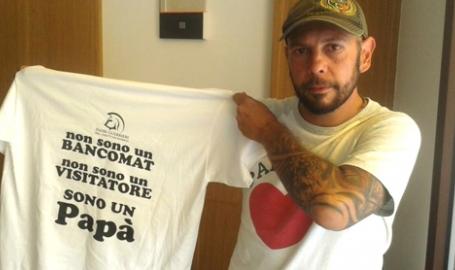 Da Venezia a Strasburgo, 800 km in bici per consegnare un cappio tricolore: noi padri separati siamo 'strangolati'